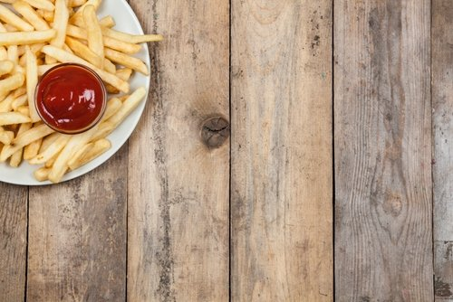 A new study has revealed that many fast-food wrappers contain chemicals.